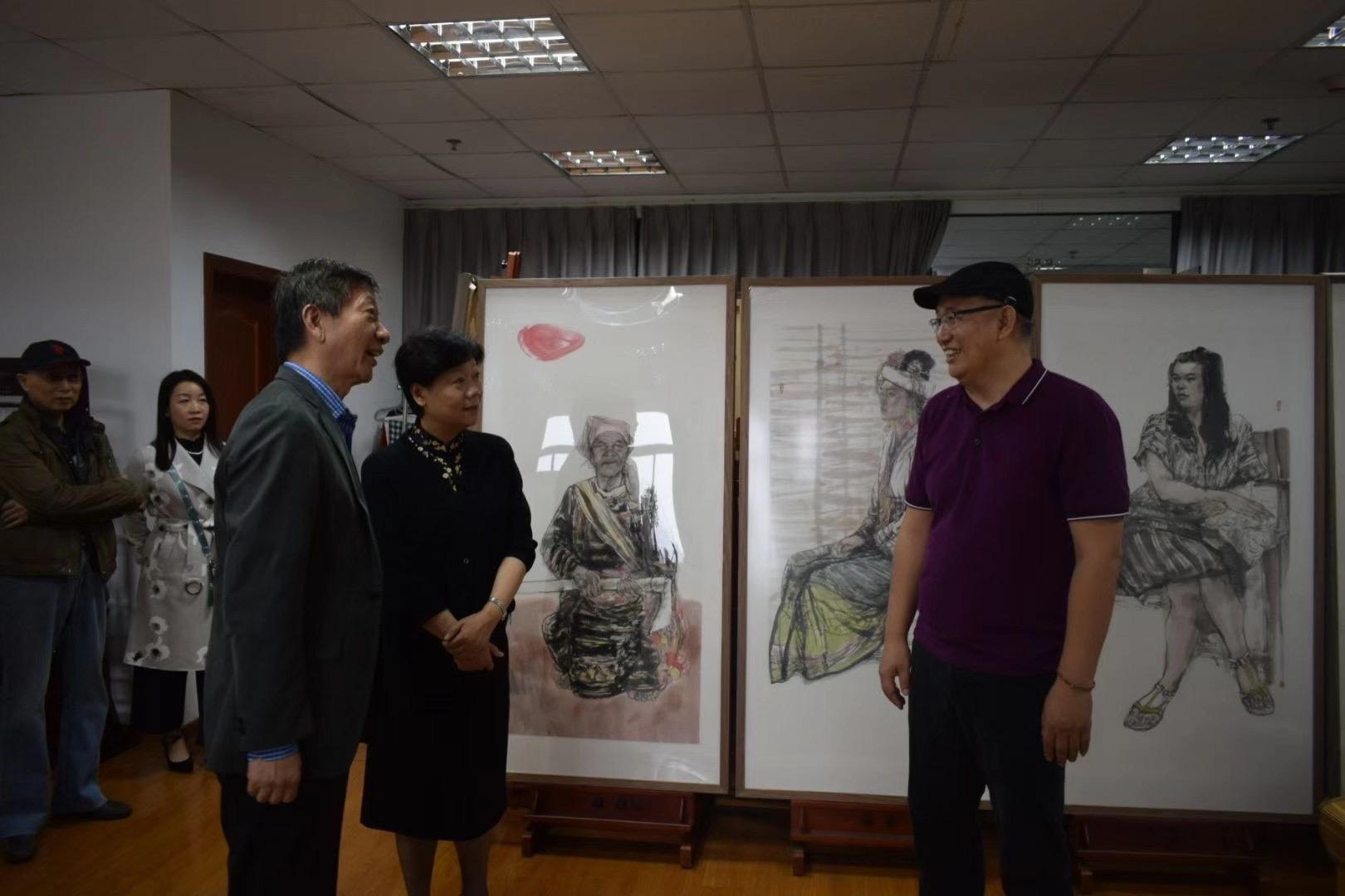 10月21日,民盟上海市委专职副主委杨德妹、上海市文联书记尤存视察民盟上海美术工作者